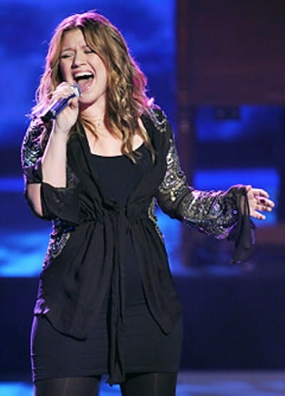 The American Idol winner Kelly Clarkson performs on the stage during the show of American Idol.