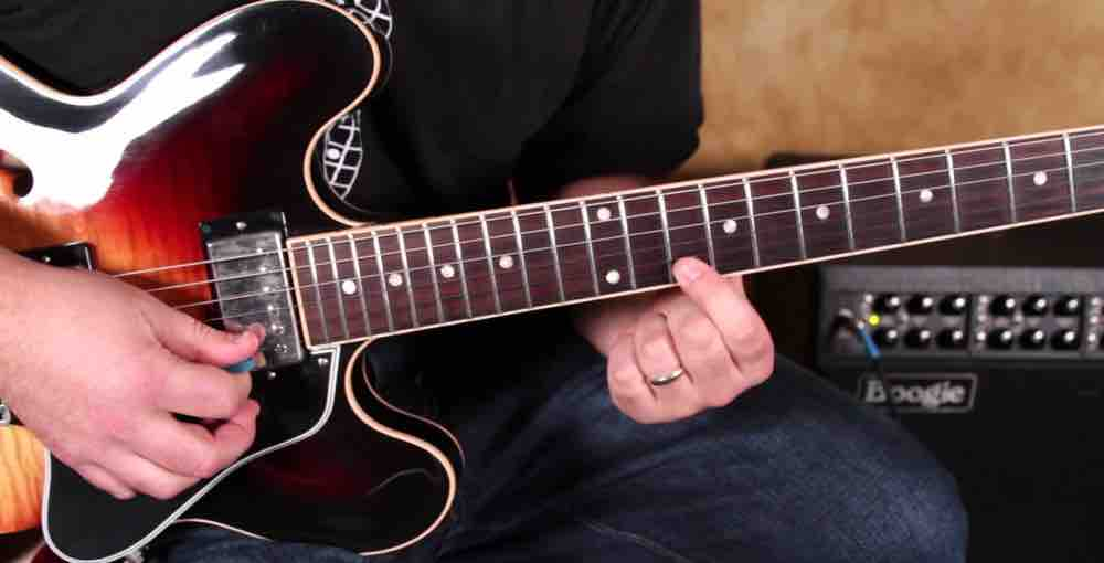 Playing Blues Guitar : 3 blues guitar lessons quick and simple ways to play like a pro becomesingers com ~ Russianpoet.info Haus und Dekorationen